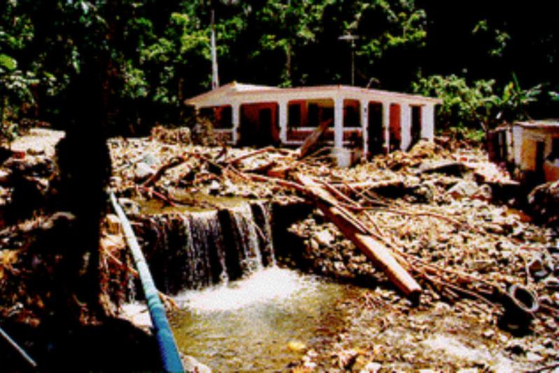 Durante el huracán, la crecida de la corriente del Río Guamaní en Guayama